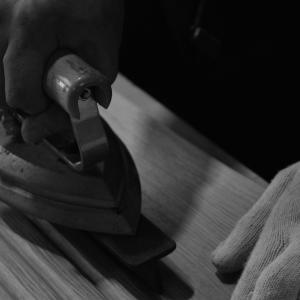 ツキ板張り作業のイメージ